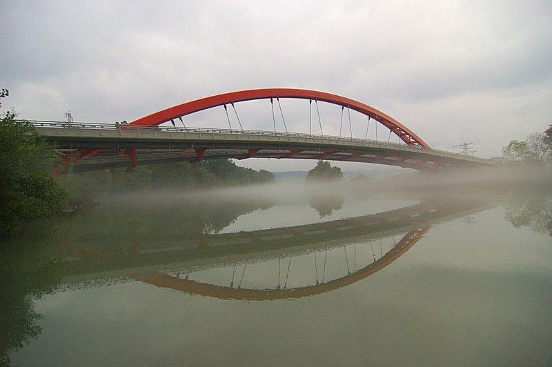 Friedensbrücke im Herbstnebel