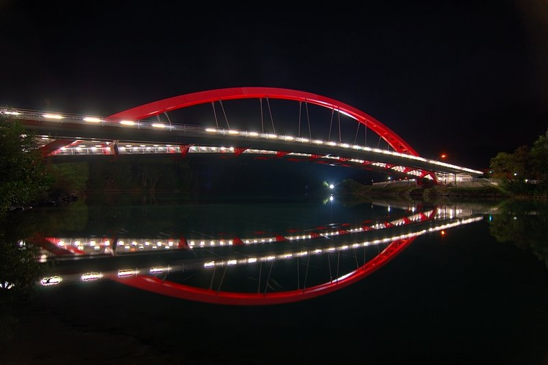 Friedensbrücke bei Nacht