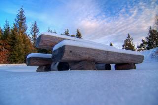 Bank am Dobratsch mit Schnee